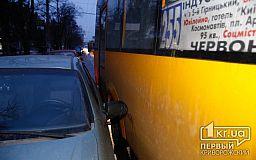 В Кривом Роге на светофоре легковушка и маршрутка не поделили дорогу