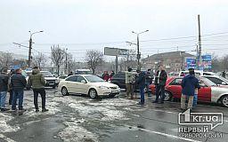 Несколько десятков автомобилистов собрались, чтобы почтить память легендарного украинского музыканта Андрея Кузьменко