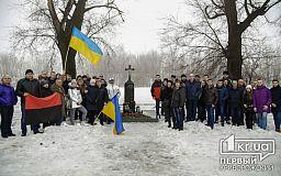 В день гибели Кузьмы Скрябина фанаты возложили цветы и зажгли лампадки возле места трагического ДТП