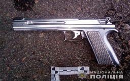 Мужчина нашел в Кривом Роге пистолет и решил присесть выпить возле колледжа в Марганце