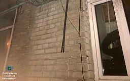 В Кривом Роге на глазах у жителей дома мужчина обрезал кабель