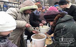 Криворожские волонтеры накормили теплой и домашней едой бездомных и нуждающихся горожан