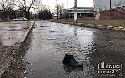 На одной из улиц Кривого Рога из-под земли огромным напором хлещет вода