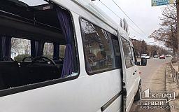 В Кривом Роге автобус влетел в столб после столкновения с маршруткой