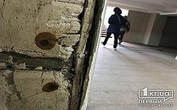 Спустя несколько лет после ремонта в криворожской подземке отпадает плитка и сыплется штукатурка