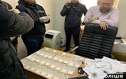 Юриста КП горсовета Днепра, который за взятки списывал людям долги за коммуналку, задержали правоохранители