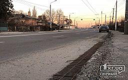 Посыпались: на отремонтированном участке автодороги в районе криворожской дамбы рассыпаются бордюры
