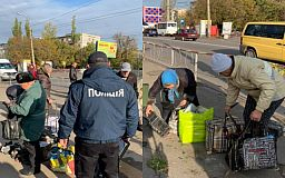 Кравчучки и клетчатые сумки: криворожские полицейские рассказали бабушкам и дедушкам о правилах торговли