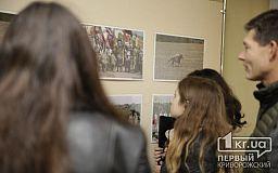 Сила и мощь украинских козаков: в криворожском университете открыли выставку картин и фото