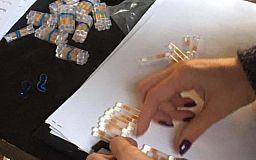 Распространительницу синтетических наркотиков полицейские задержали во время сбыта товара