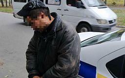 Во дворе школы криворожанин с психическими расстройствами ограбил ребенка