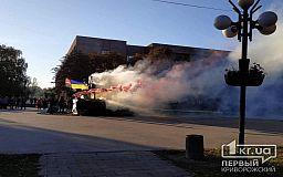 Криворіжці запалили фаєри біля пам'ятника Козаку Рогу