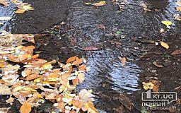 Почти неделю возле криворожской больницы из колодца шуровала вода