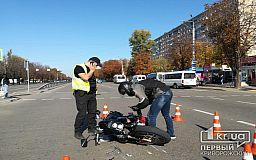 В Кривом Роге возле остановки столкнулись автомобиль и мотоцикл