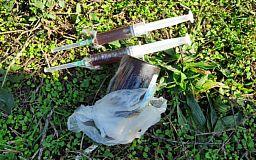 У криворожанина, которого полицейские остановили на улице, обнаружили шприцы и пузырек с наркотиками