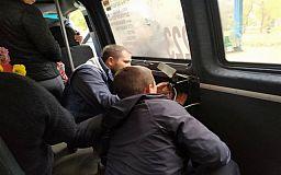 Заклинило дверь: криворожане оказались «в заложниках» в маршрутке