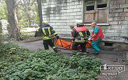 Из заброшенного здания спасена криворожанка, которая едва не отравилась во время пожара