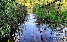 В Кривом Роге затопило пешеходный мост, который соединяет два берега реки Саксагань