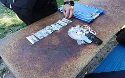 В Кривом Роге полицейские задержали мужчину с пакетом наркотиков