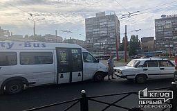 В Кривом Роге на кольце 95 квартала столкнулись маршрутка и жигуль