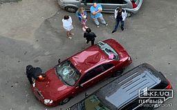 На рассвете в Кривом Роге группа неизвестных битами разбила автомобиль