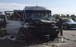 Пострадали 10 человек: фура столкнулась с пассажирским автобусом на трассе в Днепропетровской области