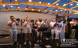 Криворожане зажигают под ритмы джаза на заключительной вечеринке этого сезона