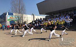 В Кривом Роге школьники, люди в военной форме, белых халатах провели флешмоб ко Дню здоровья