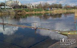 Почему в криворожском поселке не могут отремонтировать затопленный мост