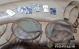 Во время обысков в квартире криворожанина правоохранители обнаружили наркотики