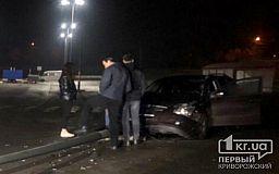 На парковке возле ТРЦ в Кривом Роге автомобиль снес электроопору