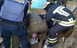 Полицейские и пожарные спасли криворожанку, которая упала в открытый колодец