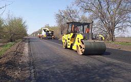 Сотрудники службы автодорог выполняют ремонтные работы на участке дороги на трассе Днепр-Кривой Рог-Николаев