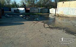 Третью неделю в одном из криворожских дворов текут канализационные отходы