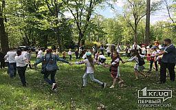 У Кривому Розі відсвяткували Великдень, співаючи гаївки у центральному парку