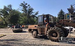 Напротив горисполкома Кривого Рога несколько бригад рабочих ремонтируют тротуар