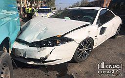 В Кривом Роге случилось ДТП с участием двух легковушек и маршрутки, пострадал мужчина
