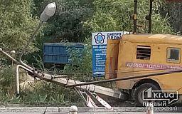 В Кривом Роге на проезжую часть рухнула электрическая опора