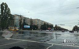 Утром в Кривом Роге канализация затопила перекресток