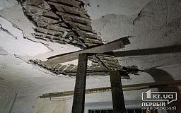 В квартире одного из двухэтажных домов в Кривом Роге потолок держится на деревянной балке