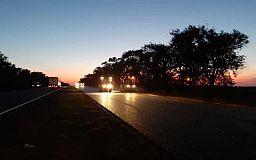 На трассе Днепр-Кривой Рог-Николаев дорогу ремонтируют круглосуточно