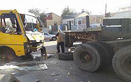В Днепре столкнулись фура и маршрутка, пострадали 13 человек