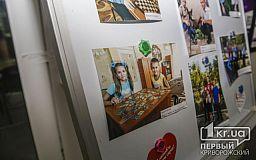 Ко Дню усыновления в криворожском центре «Виза» появилась фотовыставка