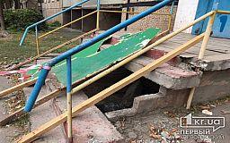 В криворожской многоэтажке рухнули ступеньки при входе в подъезд