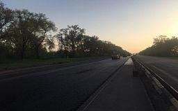 Сотрудники автодора продолжают ремонт трассы Днепр-Кривой Рог-Николаев