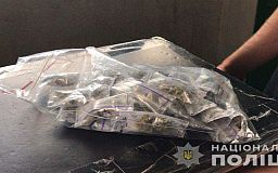 В подъезде многоэтажки задержали двоих криворожан с сотнями доз наркотиков