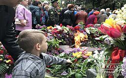 Криворіжці привітали ветеранів, поклали квіти до пам'ятників, а найголовніше - згадали події 1939-1945 років
