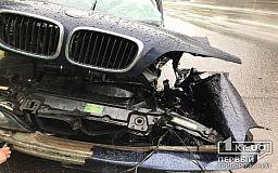 BMW в Кривом Роге вылетел с проезжей части в столб