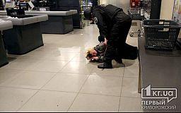 В Кривом Роге женщина напала на кассиров и охранников в супермаркете
