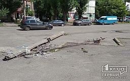 На одной из улиц Кривого Рога рухнула электроопора (фото)